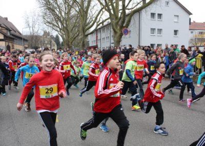 Kleine Läufer in der Schwerzerallee beim Gmünder Stadtlauf